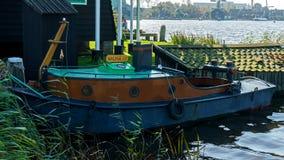 Винтажная рыбацкая лодка в гавани в Голландии, Нидерланд стоковые фотографии rf