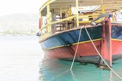 Винтажная рыбацкая лодка в гавани Лазурное море в порте Rethymno Крита Стоковые Изображения