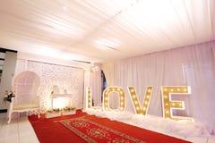 Винтажная свадьба знака электрической лампочки влюбленности стоковое изображение rf