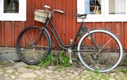 Винтажная склонность велосипеда на стене Стоковое Изображение RF