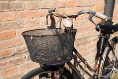 Винтажная склонность велосипеда против каменной стены стоковые фотографии rf