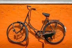 Винтажная смертная казнь через повешение велосипеда на стене Стоковые Изображения RF