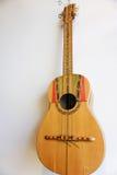 Винтажная смертная казнь через повешение гавайской гитары на стене Стоковые Фото