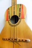 Винтажная смертная казнь через повешение гавайской гитары на стене Стоковые Изображения RF