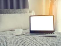 Винтажная софа с пустым экраном на компьтер-книжке и белой кофейной чашке, Стоковые Фотографии RF