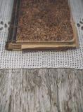 Винтажная старой ткань книги и шнурка на старой древесине Стоковое Изображение