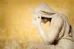 Винтажная статуя плача женщины стоковые фото