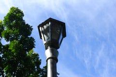 Винтажная стойка уличного света лампы сильная в середине полдня стоковые изображения rf