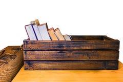 Винтажная сумка коробки, книги, деревянных багажа и цветок на белом backgr Стоковые Изображения