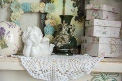 Винтажная таблица с ангелом и коробки для подарков Стоковые Изображения