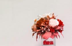 Винтажная тема красивой вазы цветка на угле с Copyspace к тексту ввода используемому как шаблон Стоковая Фотография