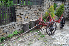 Винтажная тележка в улице деревни Стоковые Фотографии RF
