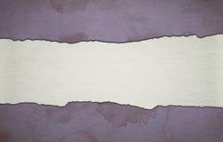 Винтажная фиолетовая бумажная предпосылка с нашивкой и пакостными пятнами Стоковые Изображения RF