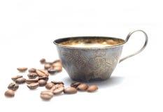 Винтажная чашка кофе металла, зажаренные в духовке кофейные зерна на белой предпосылке стоковые фото