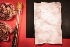 Винтажная черная и красная предпосылка с бумагой и специей или чаем Стоковое Изображение