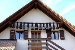 Винтажная швейцарская корова колоколы вися дома вход стоковые изображения