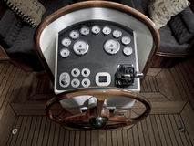 Винтажная шлюпка с рулевым колесом и приборной панелью стоковое изображение rf