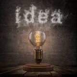 Винтажная электрическая лампочка Edison на темной предпосылке Стоковая Фотография RF