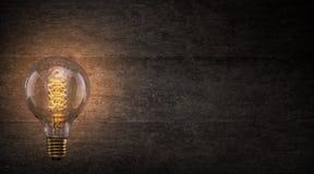 Винтажная электрическая лампочка Edison на темной предпосылке Стоковое Изображение RF