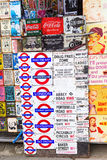 Винтажная эмаль подписывает на магазине на дороге Portobello, Лондоне, Великобритании Стоковое Фото