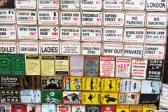 Винтажная эмаль подписывает на магазине на дороге Portobello, Лондоне, Великобритании Стоковое Изображение RF