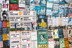 Винтажная эмаль подписывает на магазине на дороге Portobello, Лондоне, Великобритании Стоковые Фото