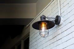 Винтажная электрическая лампочка стены вида стиля стоковое фото