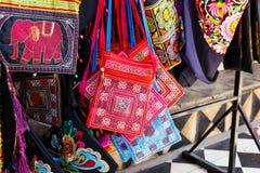 Винтажная handmade сумка в местном магазине стоковое фото