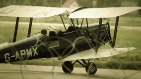 Винтажное великобританское управление рулем самолет-биплана G-APMX на земле на авиапорте сток-видео