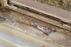 Винтажное восстановление окна, нож замазки и старая, который извлекли краска от древесины стоковые фотографии rf