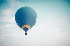 Винтажное горячее летание воздушного шара на небе Стоковое Фото
