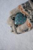 Винтажное голубое сердце в руках Стоковое Изображение