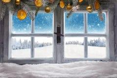 Винтажное деревянное окно обозревает ландшафт зимы Стоковое Фото