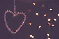 Винтажное запачканное сердце белых жемчугов на черной предпосылке, Стоковые Изображения