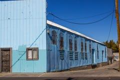 Винтажное здание металла с сломленным Windows стоковая фотография rf