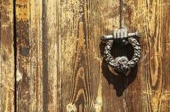 Винтажное изображение старого knocker двери на деревянной двери в f стоковые фото