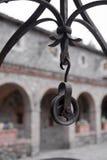 Винтажное колесо блока металла для веревочки на смертной казни через повешение крюка на выкованном ope стоковое фото rf