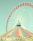 Винтажное колесо ferris и шатер carousel стоковые изображения