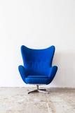 Винтажное кресло на белой стене Стоковое фото RF