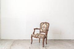 Винтажное кресло на белой стене Стоковое Изображение