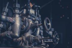 Винтажное машинное оборудование, трубы и клапаны внутри старой фабрики Стоковые Фотографии RF
