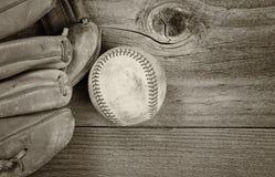 Винтажное оборудование бейсбола на деревенской древесине Стоковое Изображение