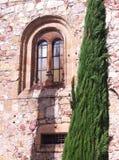 Винтажное окно каменного здания стоковые изображения
