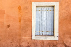 Винтажное окно на коричневой стене Стоковые Фотографии RF