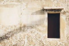 Винтажное окно на старой стене grunge с shading тени на w Стоковая Фотография