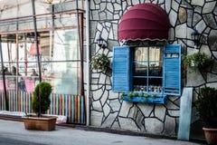 Винтажное окно ресторана с красочными штарками и зонтиком Стоковое фото RF