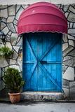Винтажное окно ресторана с красочными штарками и зонтиком Стоковая Фотография RF