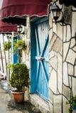 Винтажное окно ресторана с красочными штарками и зонтиком Стоковые Фотографии RF
