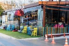Винтажное окно ресторана с красочными штарками и зонтиком Стоковые Изображения