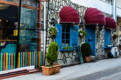 Винтажное окно ресторана с красочными штарками и зонтиком Стоковые Фото